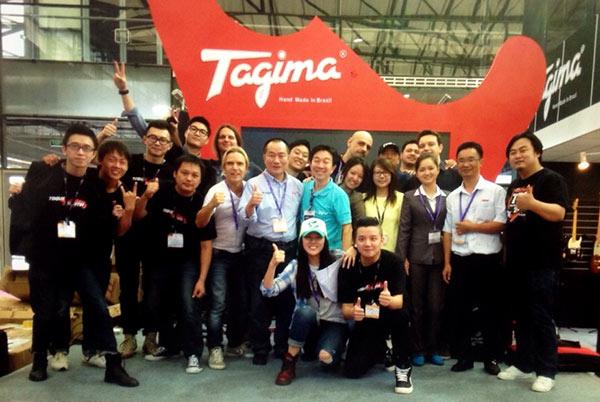 Toda equipe Tagima posando pra foto no último dia da Music China