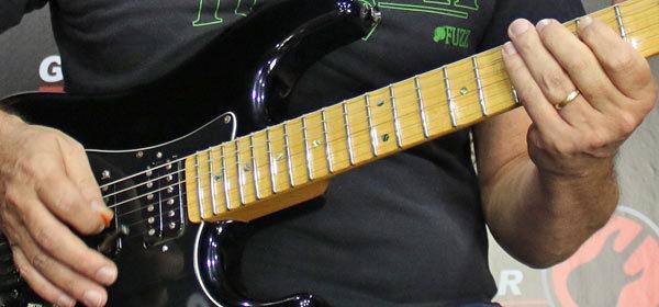 tocar blues na guitarra