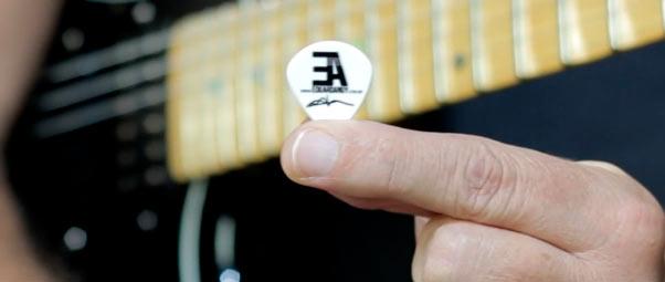 como segurar a palheta da guitarra