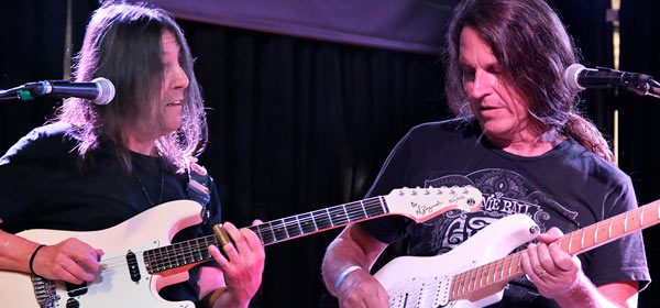 edu ardanuy improvisando blues na guitarra com faiska borges